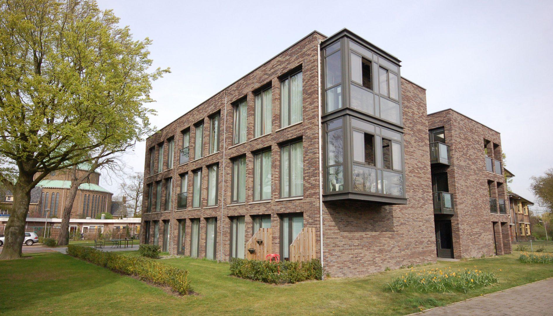 Vooraanzicht zorgvastgoed met Moderne Erker Architect 28 Zorgwoningen Heiloo