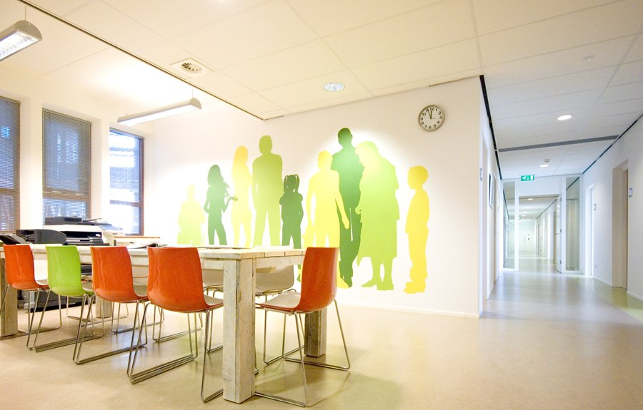 Interieur-architect-Noord-Holland-nieuw-interieur-ontwerp-GGZ-centrum-Autisme-Kristal-Zijlstra-Schipper-Architecten-leestafel-01