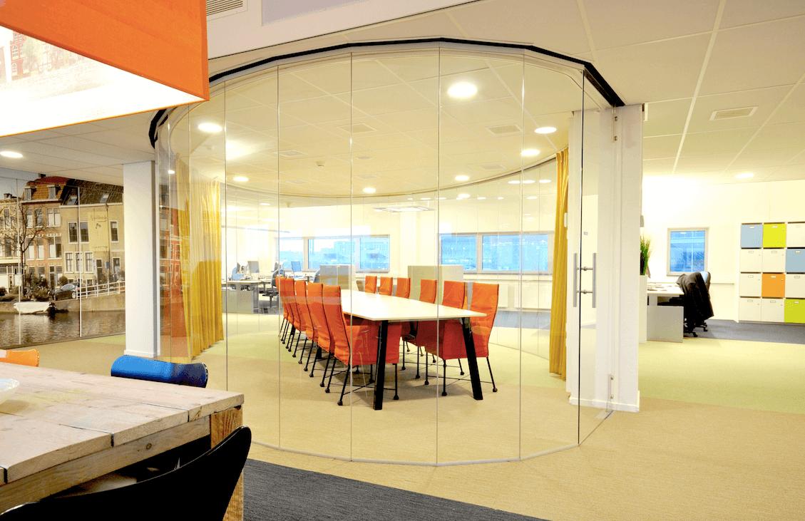 Interieur-architect-Noord-Holland-nieuw-interieur-ontwerp-GGZ-centrum-Autisme-Kristal-Zijlstra-Schipper-Architecten-ovaal-meeting-room-kantoor-LR