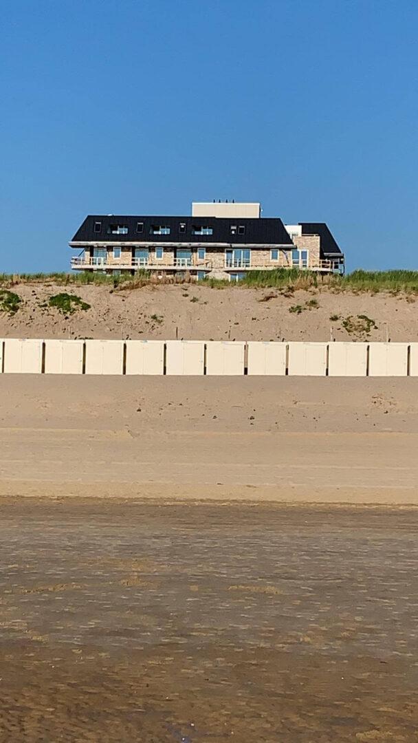 Graaf-van-Egmond-aan-Zee-Architect-Hotel-Architectenbureau-Noord-Holland-ZIjlstra-Schipper-architecten-wormer-in-aanbouw-vanaf-strand-01